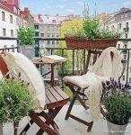 Katlanır Sandalyeli Çiçekli Balkon Dekorasyonu
